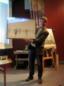 Jamtlis chef Henrik Zipsane med konstverket Stavgångare av Ola Åstrand. Foto: Eva Herdin