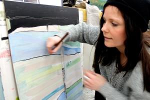 Louise Stiernström arbetar i sin ateljé. Foto: Susann Eklund